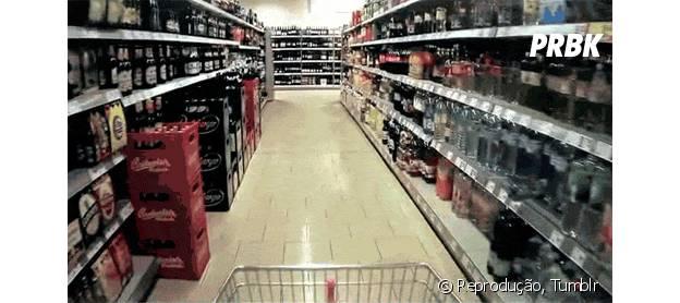 Não alcança as prateleiras altas no supermercado