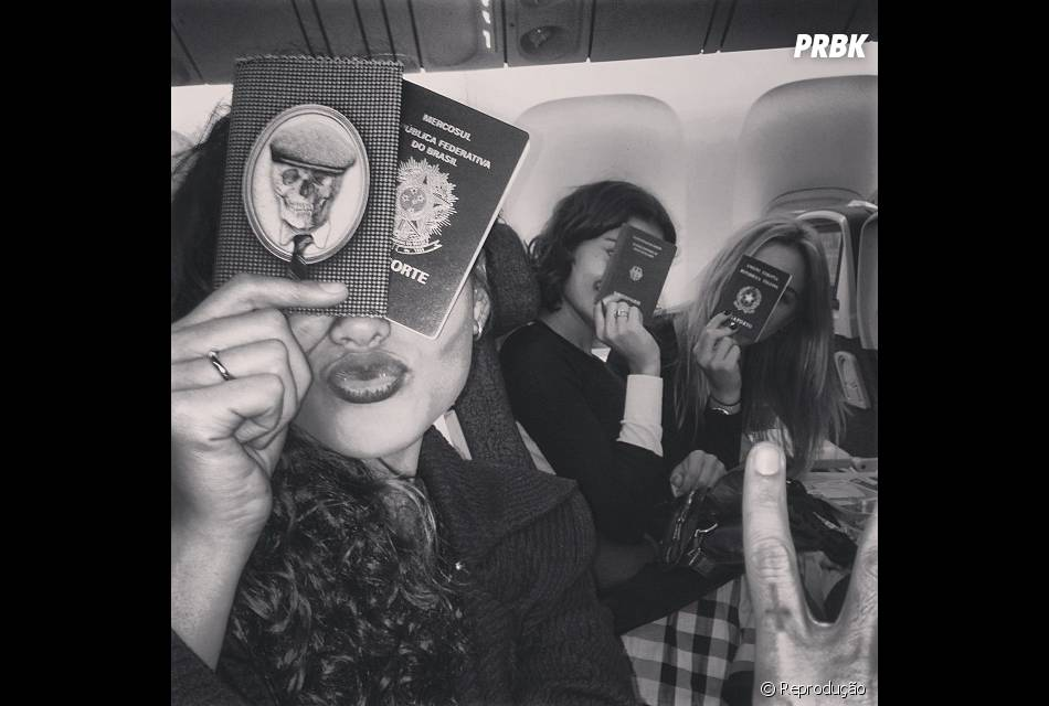 Sophie Charlotte compartilhou a mesma foto que a amiga Débora Nascimento, enquanto elas eThaila Ayala eFiorella Matheis esperavam o voo para Nova York