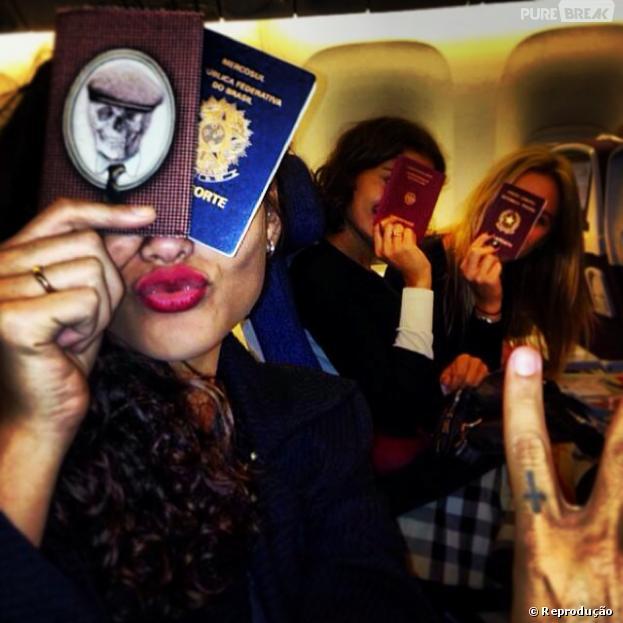 Débora Nascimento postou uma foto, nesta terça-feira (19), junto com as amigas Sophie Charlotte, Thaila Ayala eFiorella Matheis, prontas para viajar para Nova York