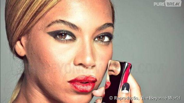 Nas imagens divulgadas da campanha para a marca L'Oréal, Beyoncé aparece com maquiagem carregada e com acne. Gente como a gente!