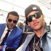 Neymar Jr. sensualiza sem camisa ao cantar hit espanhol com o amigo Daniel Alves!