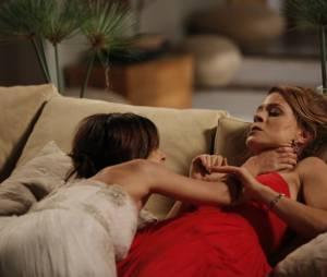 """Maria Clara (Andreia Horta) tenta enforcar Cristina (Leandra Leal) em """"Império"""""""