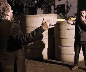 """Em fábrica abandonada, Maurílio (Carmo Della Vecchia) ameaça a vida de José Alfredo (Alexandre Nero) na novela """"Império"""""""