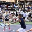 Justin Bieber em evento beneficente. O gato manda bem ou não no tênis?
