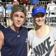Justin Bieber e sua parceira em partida de tênis em evento beneficente