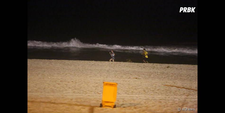 No calçadão e nas areias, Sophia Abrahão e Sérgio Malheiros se exercitam