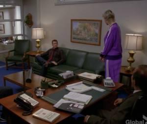 """Darren Criss também roubou o sofá verde da sala do Figgins (Iqbal Theba) em """"Glee"""""""