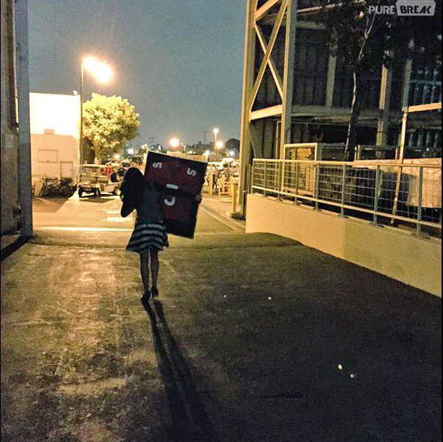 """Lea Michele levou para cara o quadro que tinha a blusa que Finn (Cory Monteith) usava em """"Glee"""""""