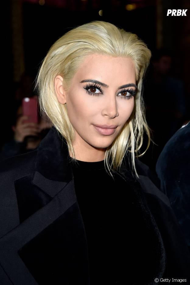 Kim Kardashian aparece com cabelo totalmente platinado em desfile! #OMG