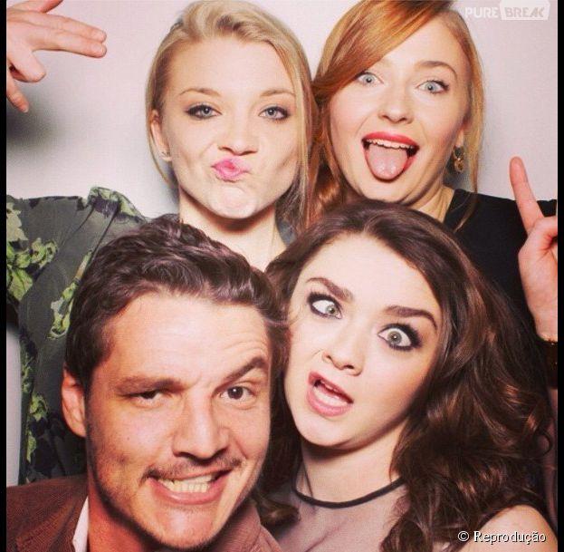 "Nos bastidores de ""Game of Thrones"":Natalie Dormer (Margaery Tyrell), SophieTurner(Sansa Stark),Maisie Williams (Arya Stark) e Pedro Pascal (Oberyn)"