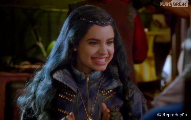"""Evie (Sofia Carson) é a filha da Rainha Má (Kathy Najimy) em """"Descendentes"""""""