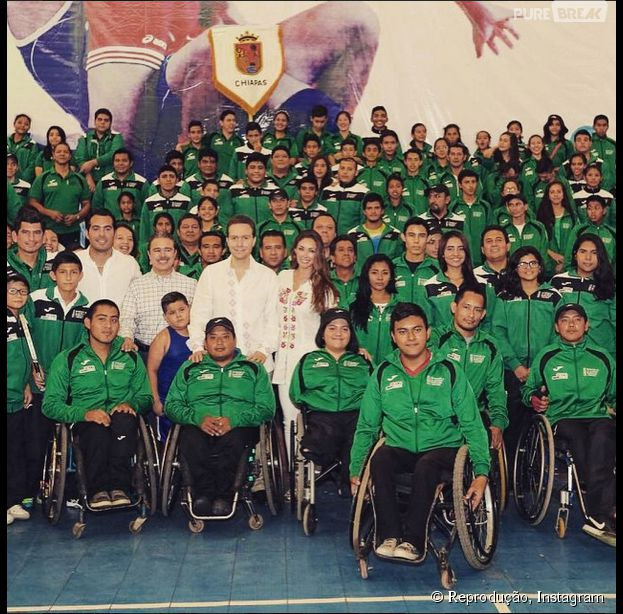 Anahí visita atletas mexicanos ao lado do marido, Manuel Velasco