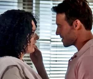 """No final da novela """"Alto Astral"""", da Globo, Scarlett (Monica Iozzi) termina feliz da vida com Ricardo (Nando Rodrigues)"""