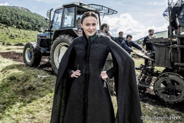 """Sophia Turner, a Sansa, brinca com seu figurino no set de """"Game of Thrones"""""""