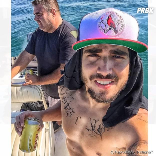 Caio Castro pesca sem camisa e posta fotos bem sensuais no Instagram