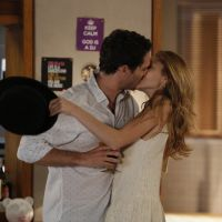 """Novela """"Sete Vidas"""": Júlia (Isabelle Drummond) e Felipe assumem namoro na frente de Pedro"""