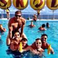 Caio Castro e amigos curtem um dia de piscina