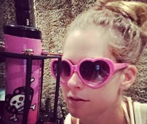 """Avril Lavigne anuncia melhora: """"Estou 80, 85% melhor"""""""