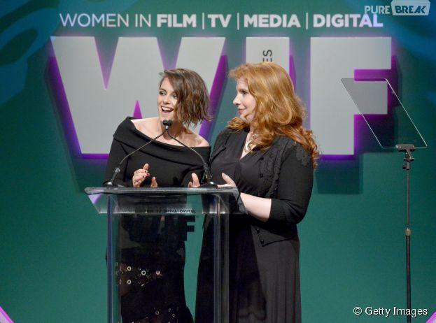 """Kristen Stewart e Stephenie Meyer, autora de """"Crepúsculo"""", se encontram emWomen in Film's 2015 Crystal + Lucy Awards"""