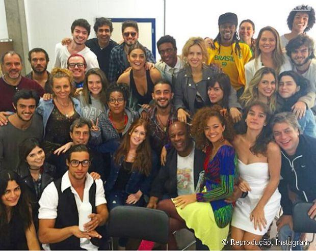 """Marina Ruy Barbosa, de """"Totalmente Demais"""", posta foto com elenco da nova novela das 19h da Globo"""