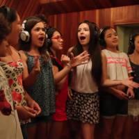 """De """"Carrossel - O Filme"""": Larissa Manoela, Maisa Silva e mais gravam a trilha sonora em novo vídeo"""