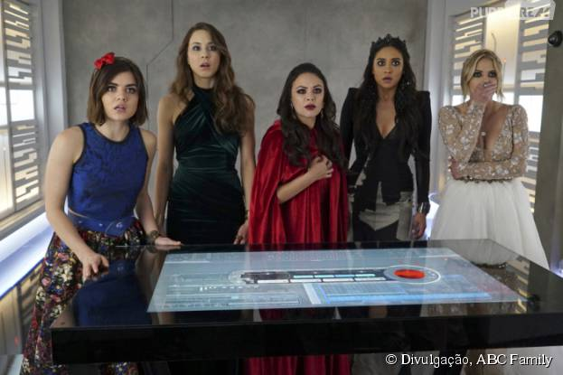 "Em ""Pretty Little Liars"", Aria (Lucy Hale), Spencer (Troian Bellisario), Mona (Janel Parrish), Emily (Shay Mitchell) e Hanna (Ashley Benson) fazem uma descoberta impressionante!"
