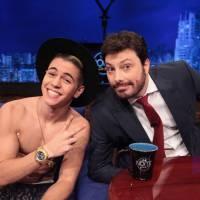 """Biel tira a blusa e mostra tanquinho no programa """"The Noite com Danilo Gentili""""!"""