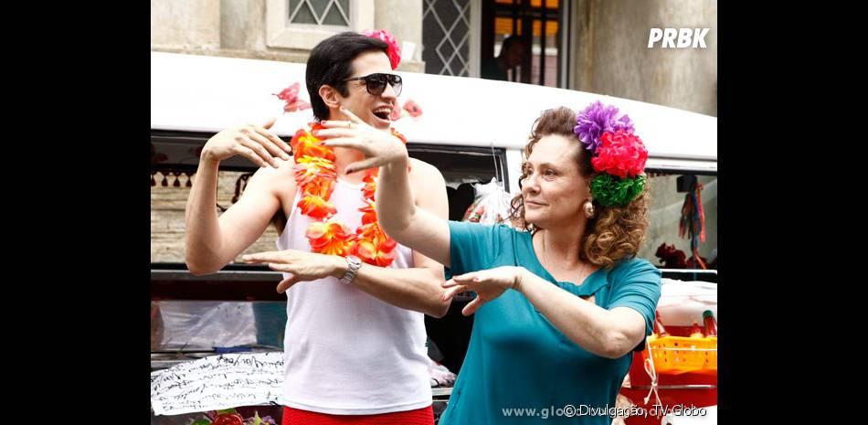 """A redenção de Félix (Mateus Solano) em """"Amor à Vida"""" começou quando ele foi trabalhar vendendo hot-dog com Márcia (Elizabeth Savalla)!"""