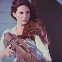 "Lana Del Rey lança videoclipe de ""High By The Beach"" com vibe delicada e destrutiva ao mesmo tempo"