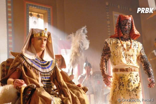 """Ramsés (Sérgio Marone) nega pedidos e moscas invadem o Egito em """"Os Dez Mandamentos"""""""