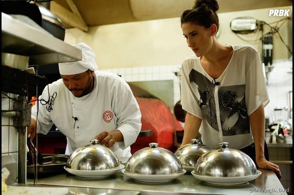 "No ""MasterChef Brasil"",Paola Carosella ajuda Cristiano durante prova no seu restaurante, o Arturito"