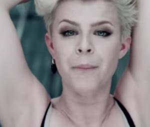 "Robyn na música ""Dancing On My Own"""