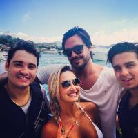 Luan Santana curte praia no litoral de Santa Catarina ao lado de amigos