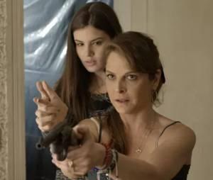 """No final de """"Verdades Secretas"""", Angel (Camila Queiroz) rouba arma do avô! O que será que ela vai fazer?"""