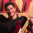 Arthur Aguiar marcou presença no camarote da Sky, cantou suas músicas e recebeu guitarra!