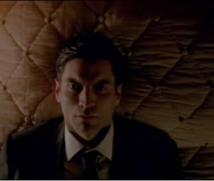"""Em """"American Horror Story: Hotel"""": teaser revela Max Greenfield (Gabriel) como o """"cara assustador debaixo da cama""""!"""