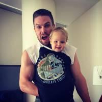 """De """"Arrow"""": Stephen Amell é o melhor pai do mundo! Veja 20 fotos no Instagram que provam essa teoria"""