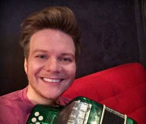 """Michel Teló, técnico do """"The Voice Brasil"""", posa todo feliz com sua sanfona para selfie no Instagram"""