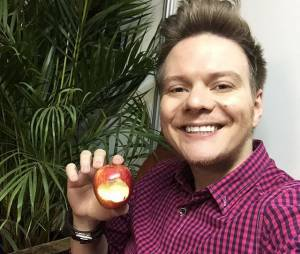 "Michel Teló, do ""The Voice Brasil"", adora posar com frutas para selfies divertidas no Instagram"