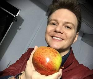 """Michel Teló, do """"The Voice Brasil"""", mostra sua maçã gigante em foto no Instagram"""