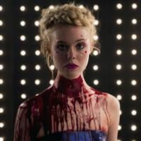 "Elle Fanning, de ""Malévola"", aparece cheia de sangue no filme ""The Neon Demon""!"