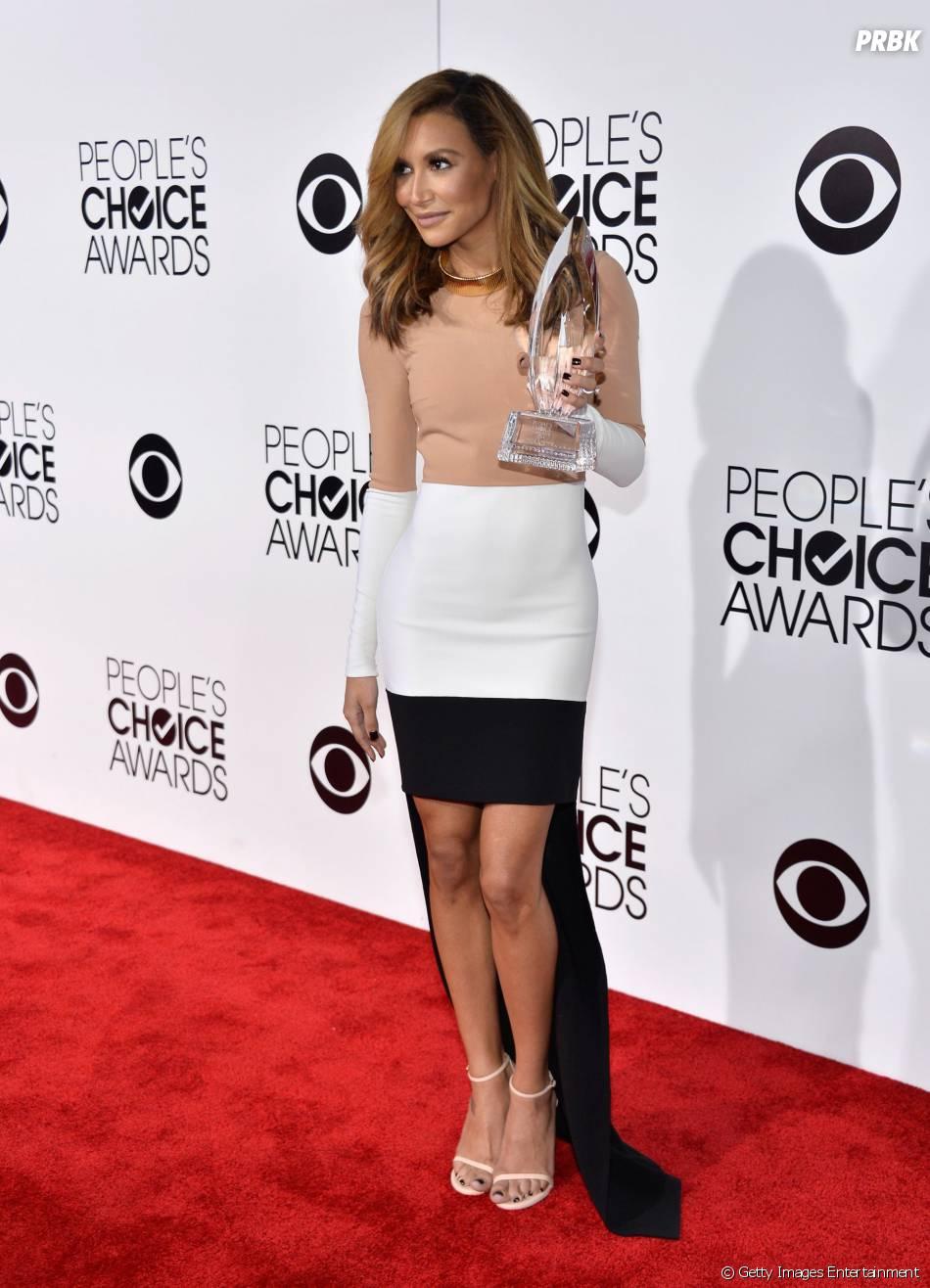 """Naya Rivera representou a dupla Rachel (Lea Michele) e Santana da série """"Glee"""" e recebeu o troféu de """"Amigas Favoritas da TV"""", no People Choice Awards"""