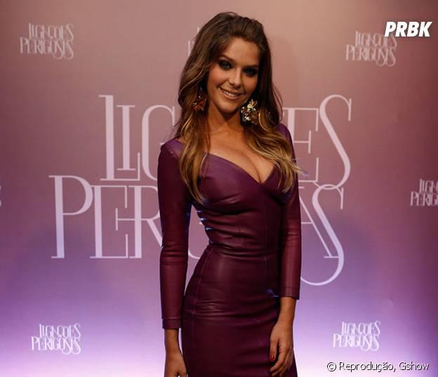 Anitta ou Isabella Santoni? Divas usam vestidos roxos em coletivas e você escolhe o melhor look!