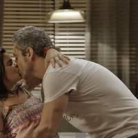 """Novela """"A Regra do Jogo"""": Tóia (Vanessa Giácomo) decide se casar com Romero por influência de Gibson"""