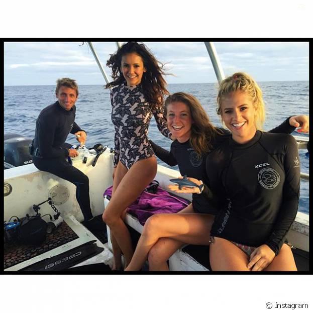 Nina Dobrev e mais amigas nadam entre tubarões