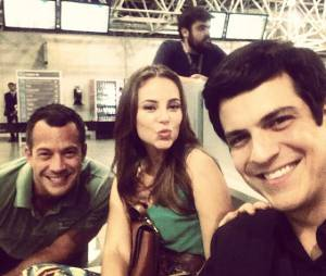 """Mateus Solano posa ao lado de Paolla Oliveira e Malvino Salvador durante gravação de """"Amor à Vida"""" em aeroporto"""