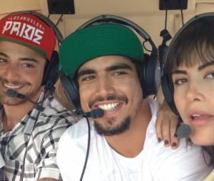 """Felipe Titto, Caio Castro e Maria Casadevall posam dentro do helicópetro! Os três ficaram muito amigos depois de """"Amor à Vida"""""""