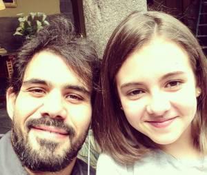 """Juliano Cazzaré posa ao lado de Klara Castanho, sua filha na novela """"Amor à Vida"""""""