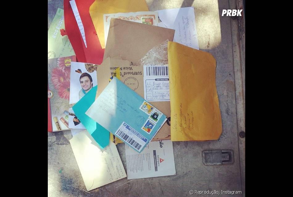 """Em foto postada por Hugo Bonemer no Instagram, ele agradece as cartas que recebeu de seus fãs: """"Obrigado! Prometo responder o quanto antes"""""""