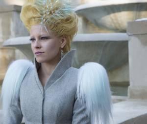 """Depois daquela surpresa que a Effie Trinket (Elizabeth Banks) aprontou em """"Jogos Vorazes: A Esperança - O Final"""", todo mundo ficou curioso pra saber o que vai rolar com a figura"""